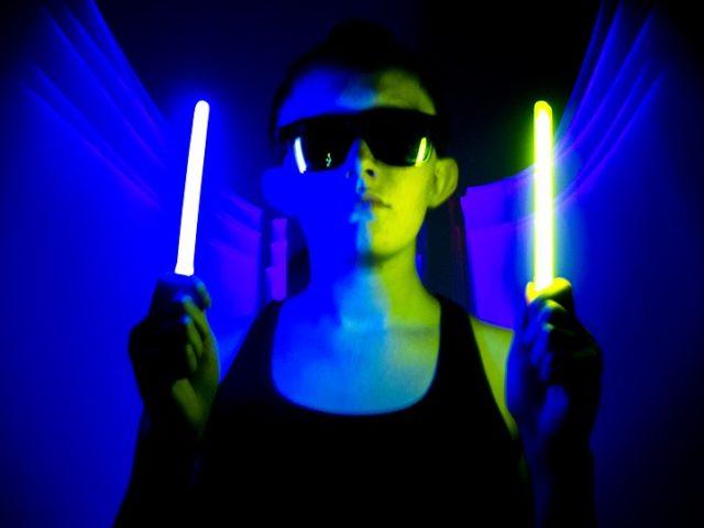 Fêtes et soirées Fluo : Comment La Lumière noire fonctionne pour donner cette fluorescence